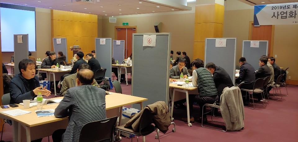 사진2) 설명회에 참가한 참가자들이 분야별로 기술이전 상담을 받고 있다
