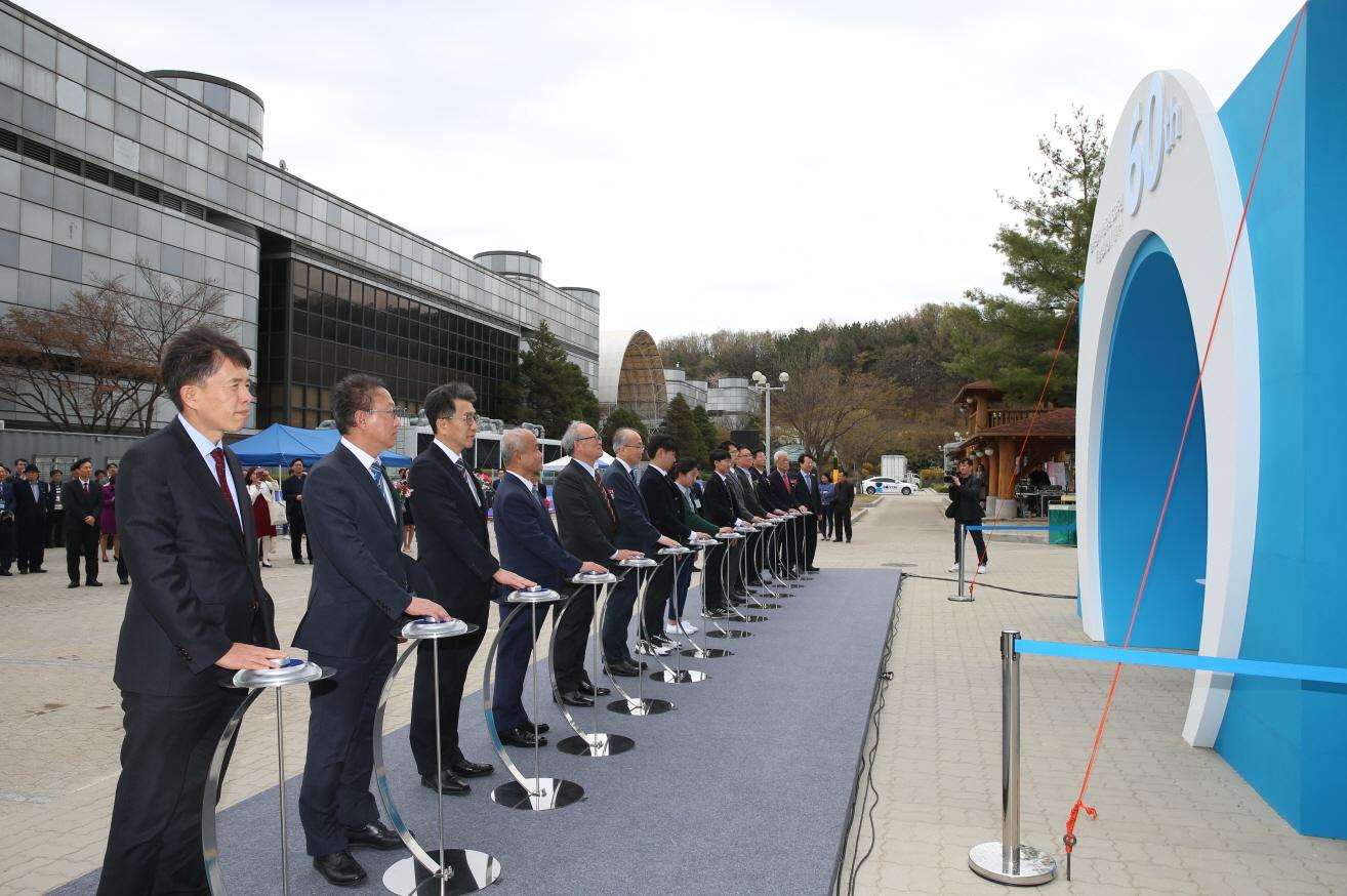 사진1. 개막식에서 (왼쪽부터)이강혁 대전시 시민안전실장, 하재주 전 원장, 박원석 원장, 양명승 전 원장, 김성년 전 원장이 참석한 가운데 오프닝 퍼포먼스를 선보이고 있다..jpg