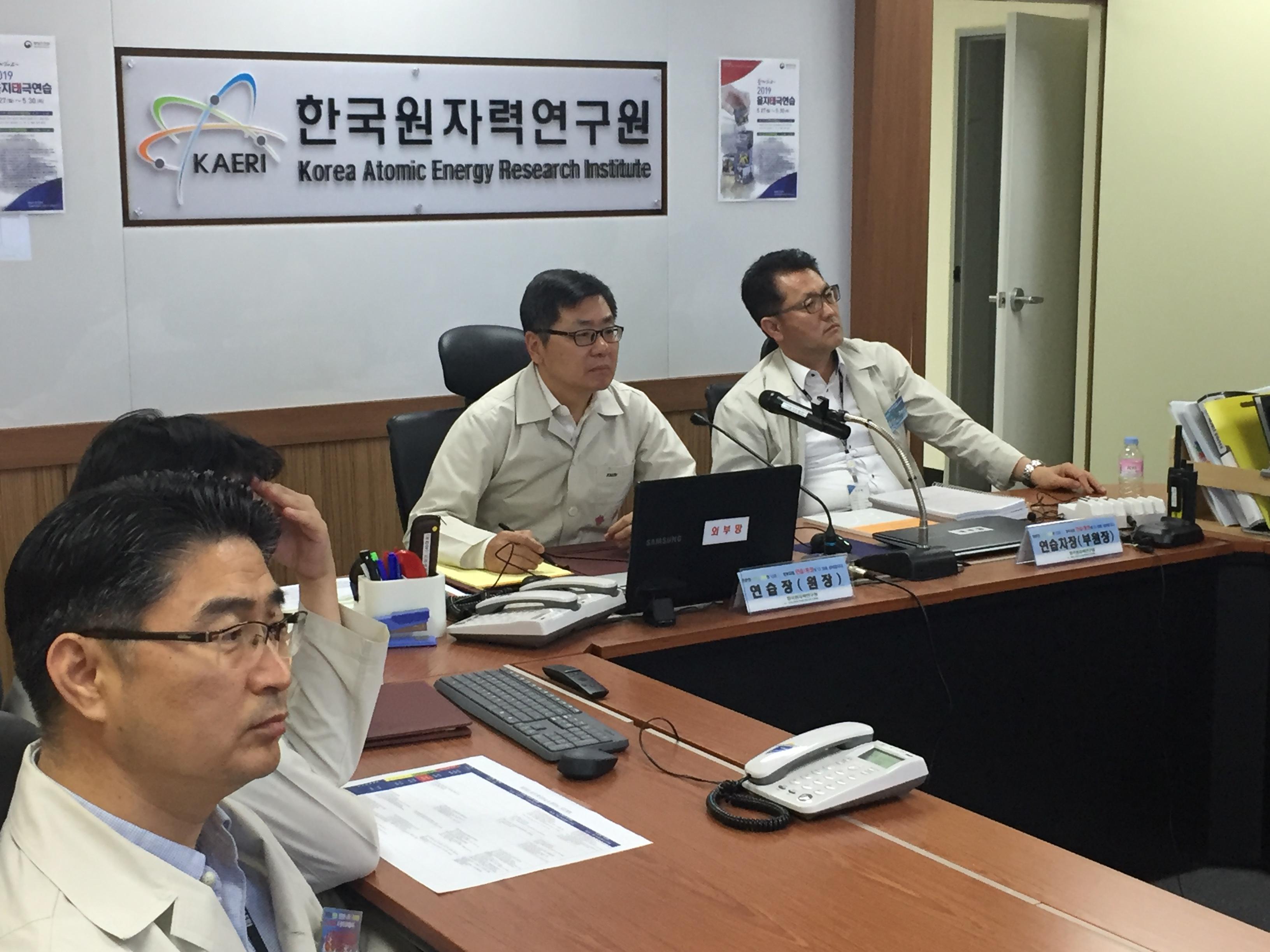 사진1 - 2일차 훈련 중 부원장 주관으로 상황판단회의를 하고있다