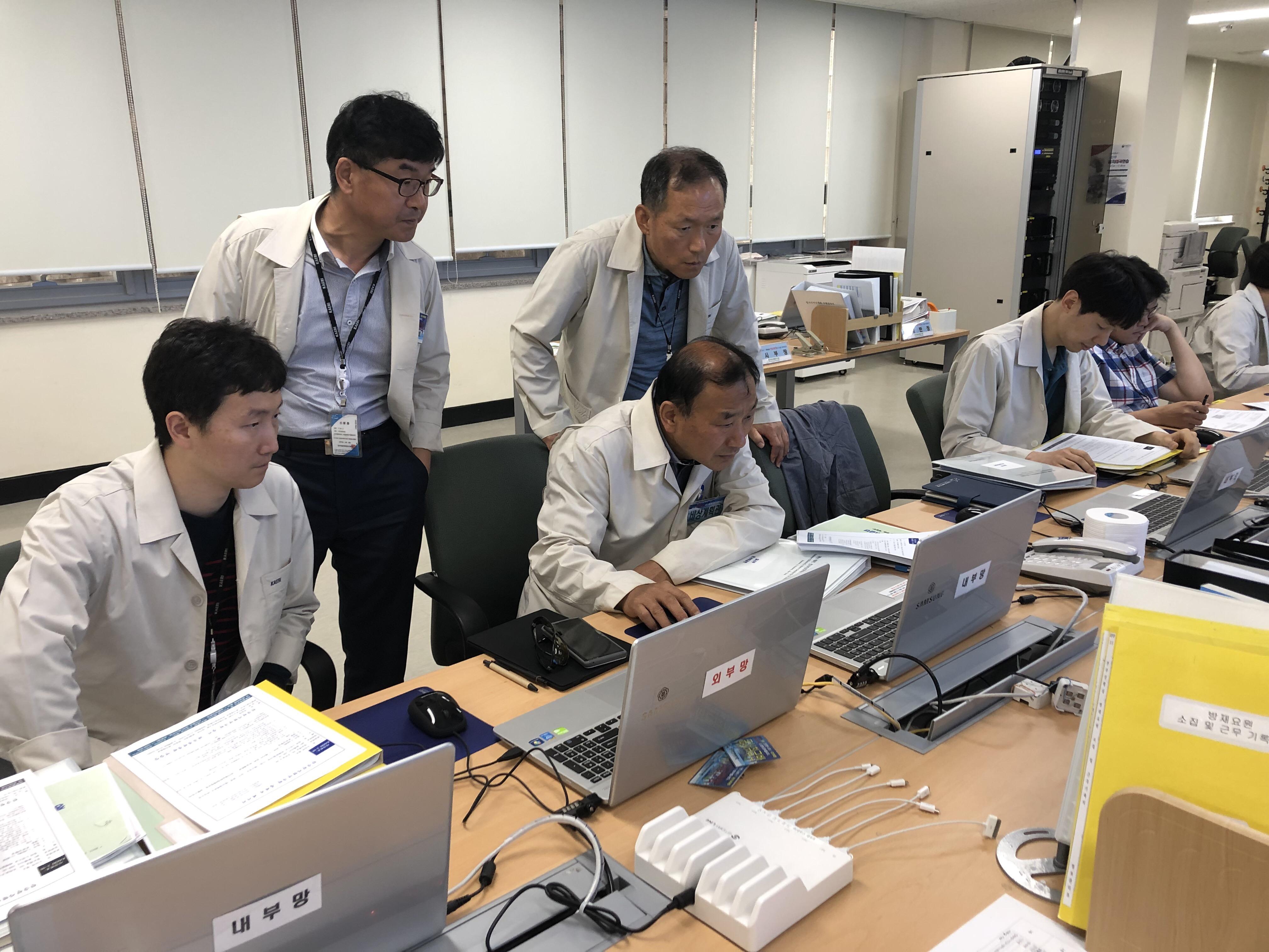 사진3 - 연구원 직원들이 재난종합상황실에서 재난대응조치를 하고 있다