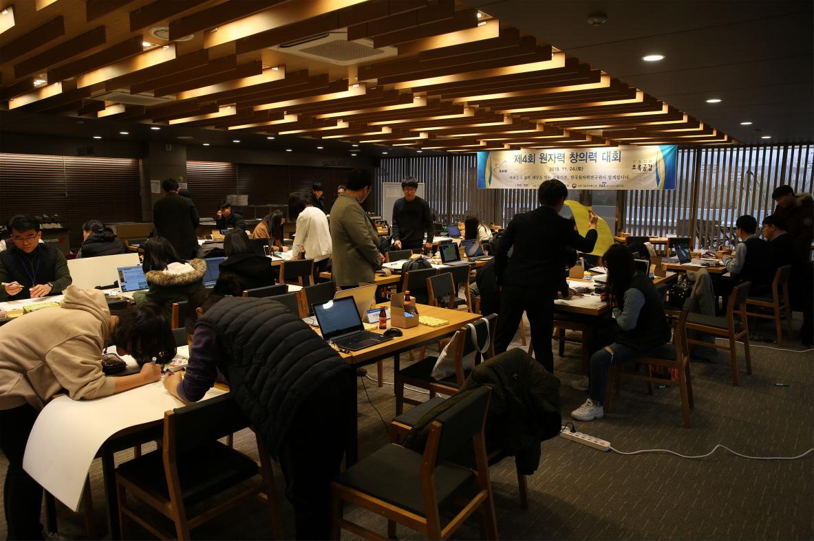 사진2. 제4회 원자력 창의력 대회 발표 자료를 작성 중인 본선 참가자들
